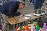 Cooking bioplastic and sand at Prinzessinengärten Wandelwoche, Gut Hellersdorf, Berlin. Foto: Sascha J. Bachmann